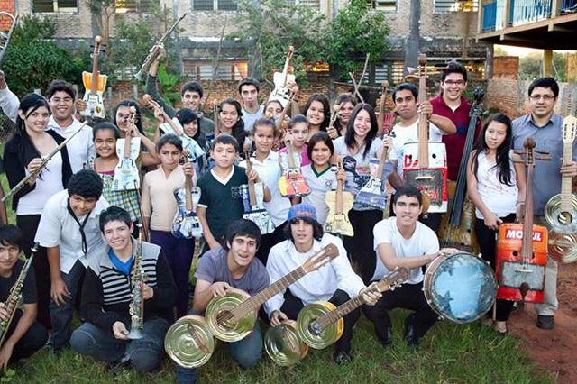 Landfill Harmonic Orchestra recyklovane hudobne nastroje 1