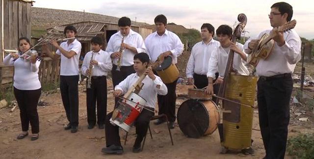Landfill Harmonic Orchestra recyklovane hudobne nastroje 4