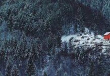 Osamelé domčeky stratené v majestátnej zimnej scenérii