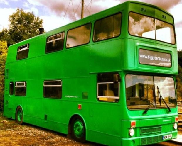 Adam Collier-Woods Big Green Bus Premena double-deckera na malý mobilný hotel 1
