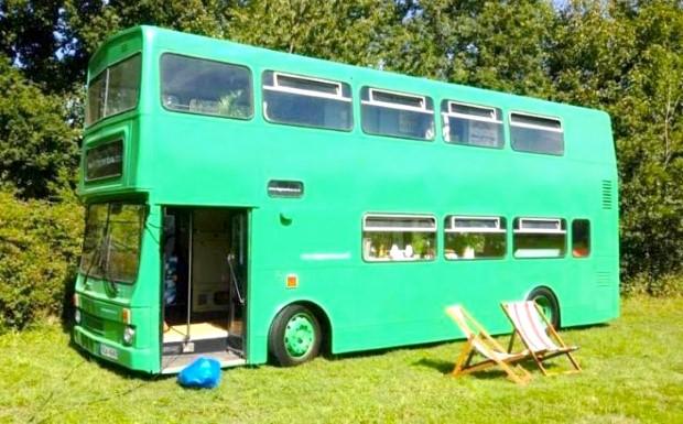 Adam Collier-Woods Big Green Bus Premena double-deckera na malý mobilný hotel 4