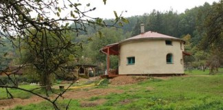 Kruhový dom zo slamy postavila mladá žena na materskej