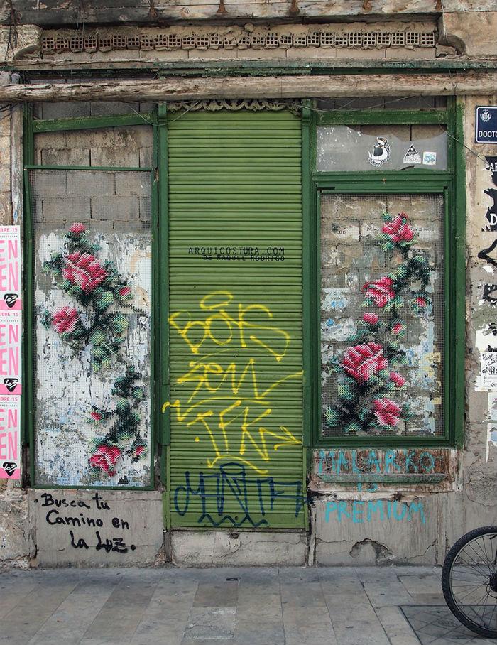 krizikovy-steh-kvetinove-instalacie-v-uliciach-madridu-raquel-rodrigez-2