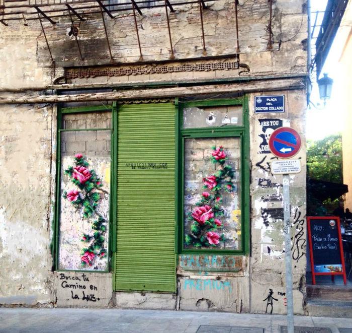 krizikovy-steh-kvetinove-instalacie-v-uliciach-madridu-raquel-rodrigez-8