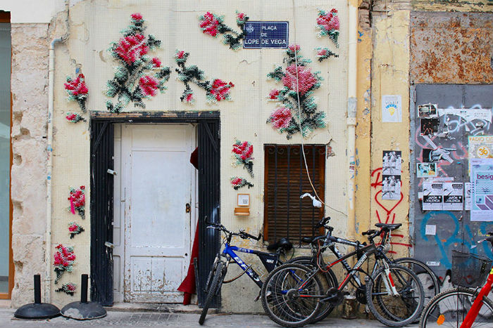krizikovy-steh-ulice-madridu-velkoplosne-kvety