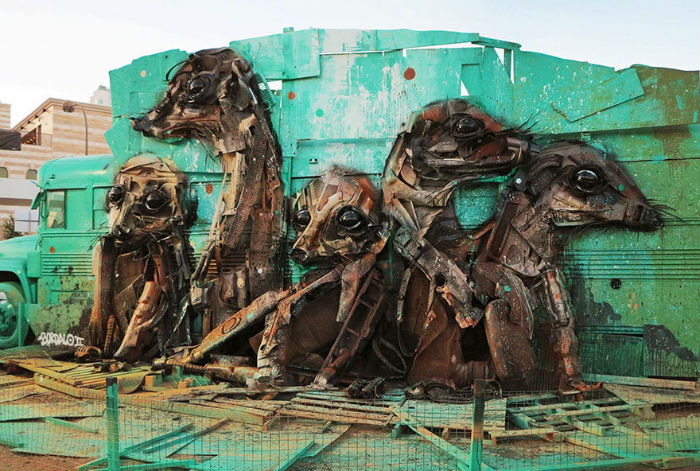 vyraba-sochy-z-odpadoveho-materialu-a-tym-sa-snazi-upozornit-na-enviromentalne-problemy-a-konzumenizmus-13