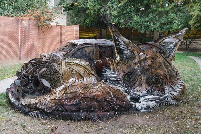 vyraba-sochy-z-odpadoveho-materialu-a-tym-sa-snazi-upozornit-na-enviromentalne-problemy-a-konzumenizmus-4