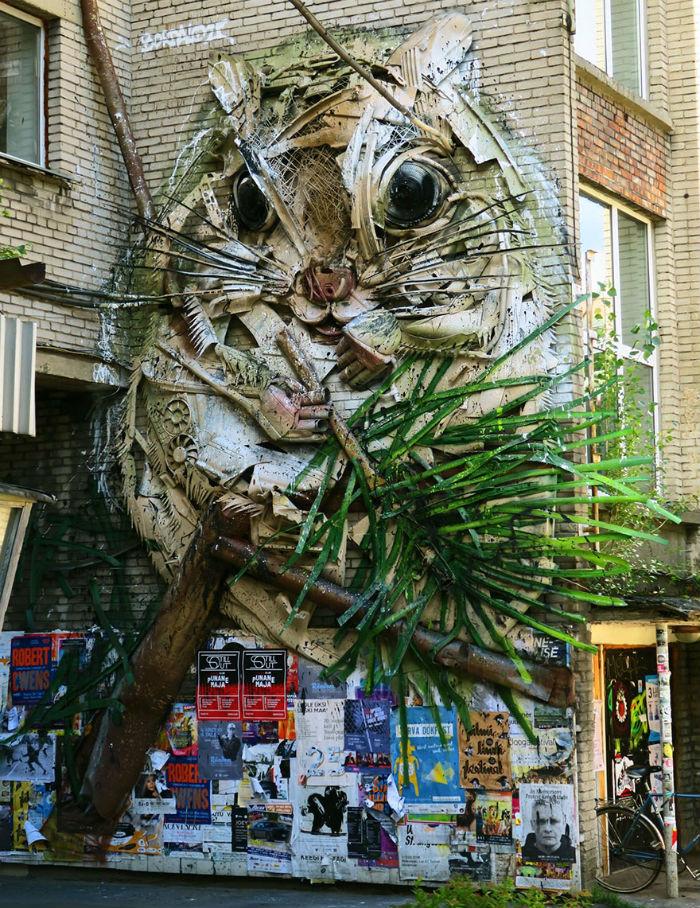 vyraba-sochy-z-odpadoveho-materialu-a-tym-sa-snazi-upozornit-na-enviromentalne-problemy-a-konzumenizmus-6