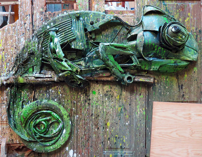 vyraba-sochy-z-odpadoveho-materialu-a-tym-sa-snazi-upozornit-na-enviromentalne-problemy-a-konzumenizmus-8