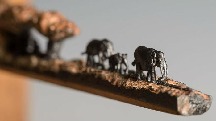 vyrezala-celu-rodinu-slonov-z-ceruziek-miniatury-stromy-ceruzky-2