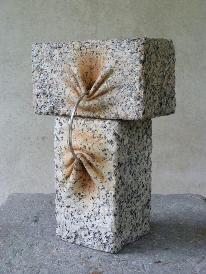 spanielsky-sochar-objavil-sposob-ako-hniest-zmykat-a-skrucat-kamene-1