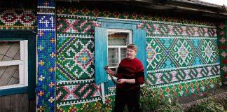 Dom zdobený vrchnákmi z plastových fliaš | Olga Kostina