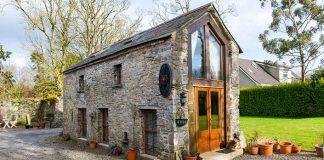 Kamenná stodola na vidieku premená na romantické víkendové útočište