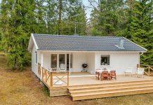 Monochromatická vidiecka chatka vo švédskych lesoch si vás získa svojou harmonickou atmosférou