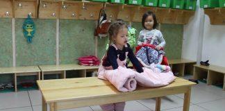 Obliekanie detí v montessori škôlke | Skvelý trik ako obliecť vetrovku