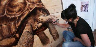 Vznešené portréty zvierat na drevené dosky kreslí perom a atramentom