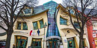 Krzywy Domek v Poľsku len vyzerá ako očný klam