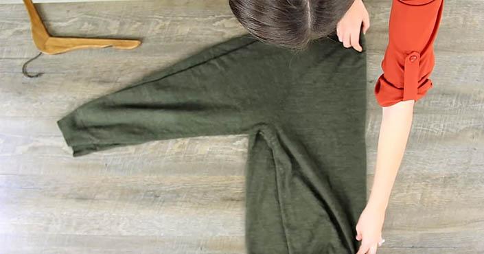 b9cbacbcd334 Ako zavesiť sveter na vešiak správne