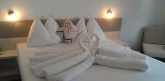 Perinové origami Ako kreatívne ustlať posteľ