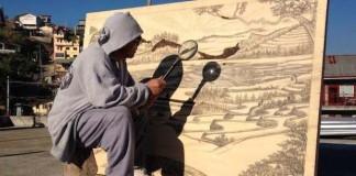Jordan Mang-osan kreslí slnkom za pomoci lupy úžasné diela