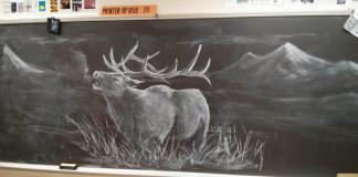 Učiteľ kreslí na tabuľu úžasné diela, aby inšpiroval študentov