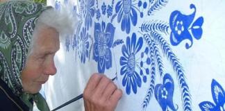 ľudová maliarka Anežka Kašpárková zdobí kaplnku kvetinovými ornamentmi