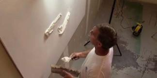 Bernie Mitchell vytvára umelecké diela na stenách zo sadrokartónu