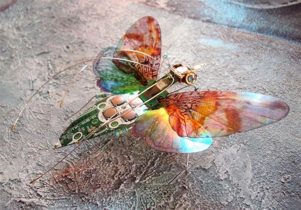 Julie Alice Chappell Okrídlený hmyz vyrobený zo starých počítačových komponentov 2