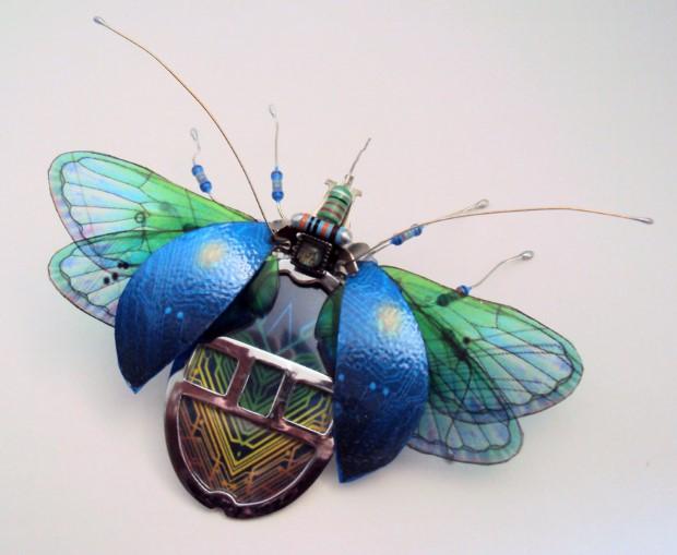 Julie Alice Chappell Okrídlený hmyz vyrobený zo starých počítačových komponentov 3
