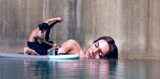 Umelec maľuje nádherné portréty žien nad vodnou hladinou