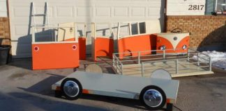 Poschodová posteľ s miestom na hranie v podobe VW mikrobusa
