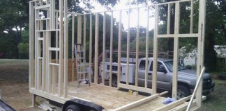 Ako si študent postavil 14 m2 mini-domček na kolesách