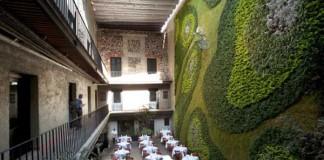 Reštaurácia s krásnou vertikálnou záhradou a bicyklom na nej