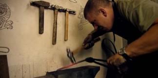 Kováč Trollsky vyrobil nôž zo starého očkového kľúča