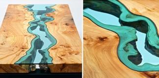Drevené stoly so sklom pripomínajúcim tečúcu rieku a jazero