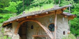 Špirálovitý dom z vriec plnených zeminou postavený v súlade s prírodou zvaný aj Shantikuthi