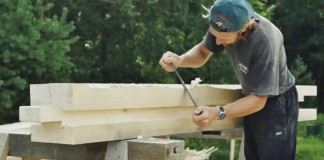 Stavba dreveného domu s tradičnými nástrojmi