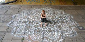 NeSpoon sa rozhodla ozdobiť šedé ulice Varšavy čipkou