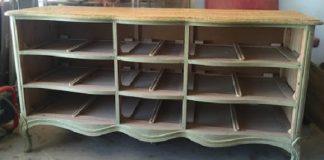 Starý bielizník bez zásuviek premenený na lavičku s úložným priestorom