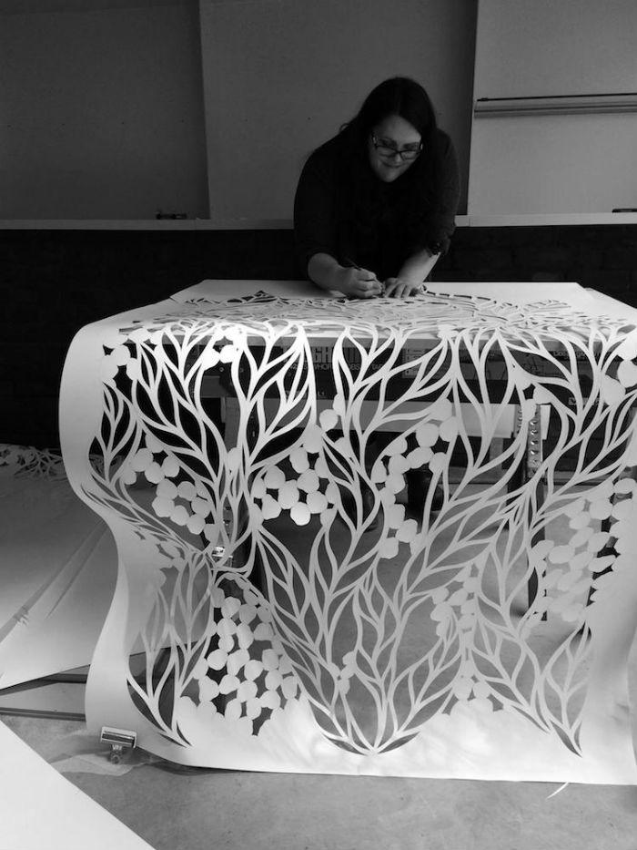 papierove-umenie-pippa-dyrlaga-vyrezava-z-papiera-vtaky-kvety-a-pierka-14