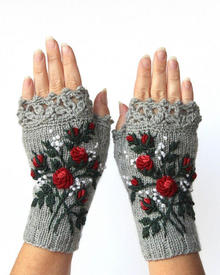 pletie-a-hackuje-rukavice-bez-prstov-prakticke-a-krasne-vysivane-3