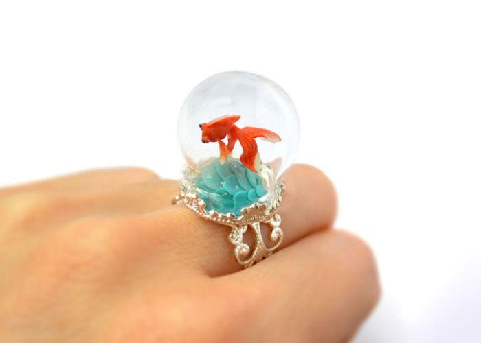 prstene-a-privesky-ktore-pod-sklenenou-kupolou-skryvaju-male-svety-2