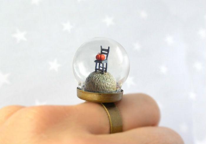 prstene-a-privesky-ktore-pod-sklenenou-kupolou-skryvaju-male-svety-5