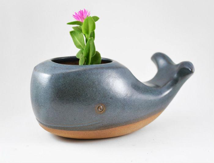 sao-paulo-keramicka-vyraba-hlinene-kvetinace-kapybara-velryba-lenochod-mravenciar-1