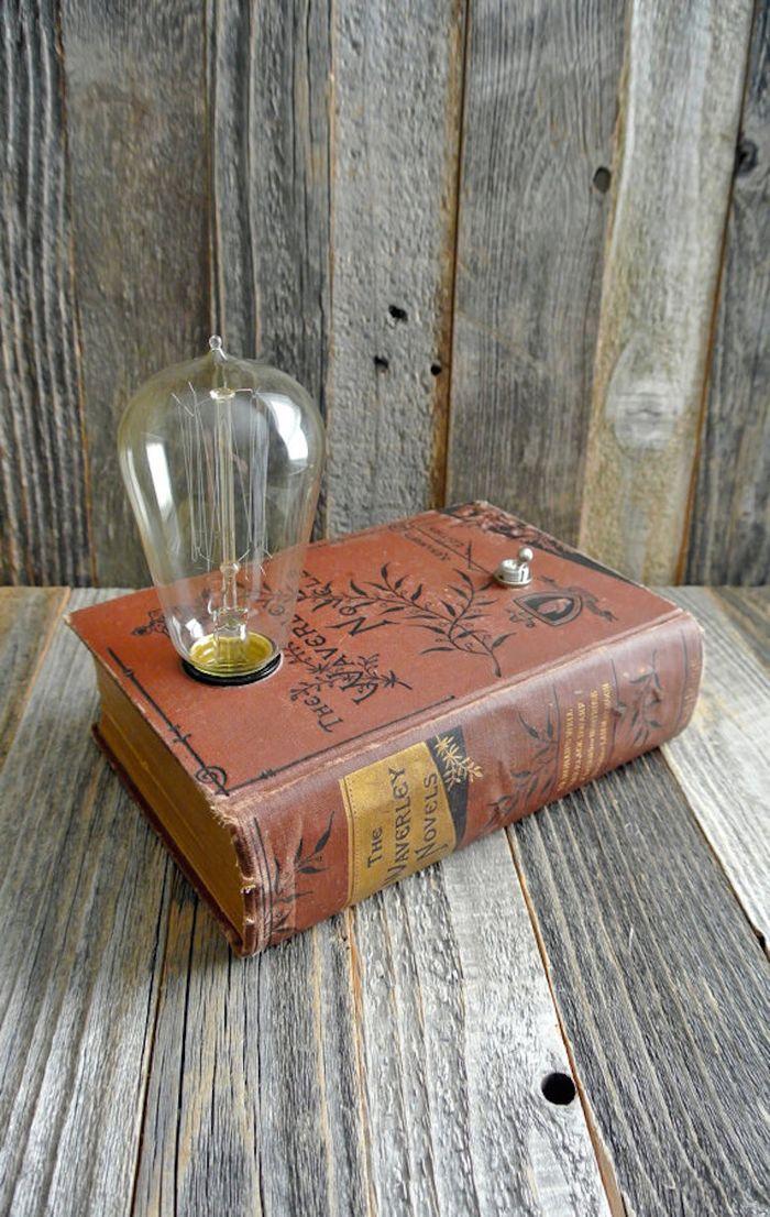 originalne-sperkovnice-a-dekorativne-lampy-zo-starych-knih-fox-a-dye-2