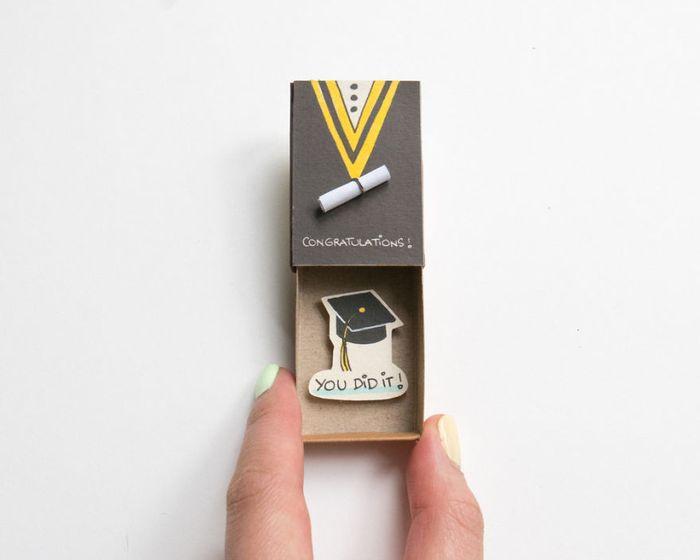 umelec-vytvara-vtipne-prekvapive-odkazy-v-zapalkovych-krabickach-8