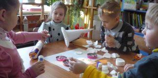 Biely vianočný dekoračný stromček z odličovacích tampónov | DIY návod