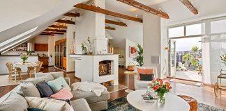 Podkrovný byt v severskom štýle s odhalenými trámami, tradičným krbom a terasou