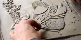 Keramické obrazy s rytinami plné detailov | Victoria Ellis