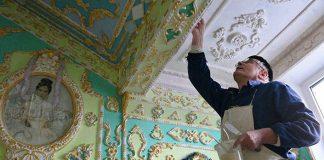 Dôchodca prerobil chodby v paneláku v barokovom štýle